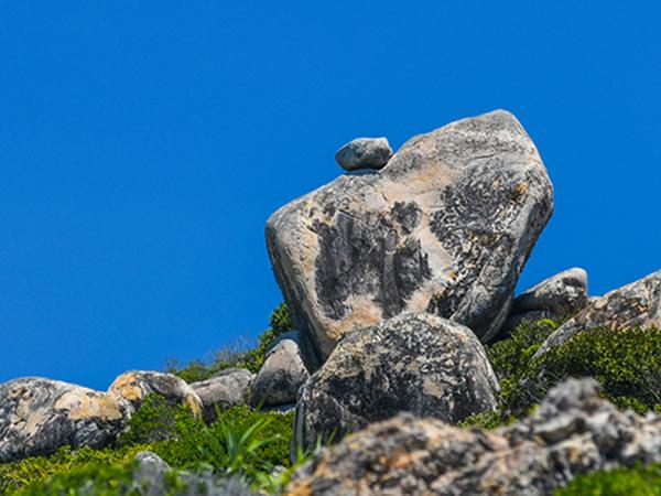 Những tảng đá thách thức trọng lực trên đảo ở Quy Nhơn Bình Định